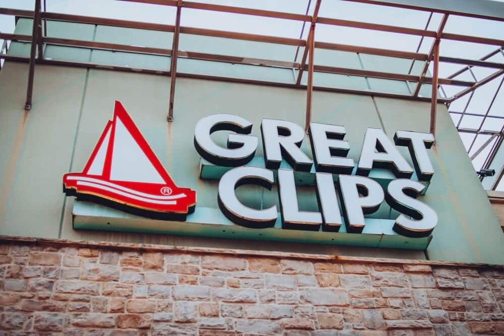 Logo sign on the outside of a Great Clips salon