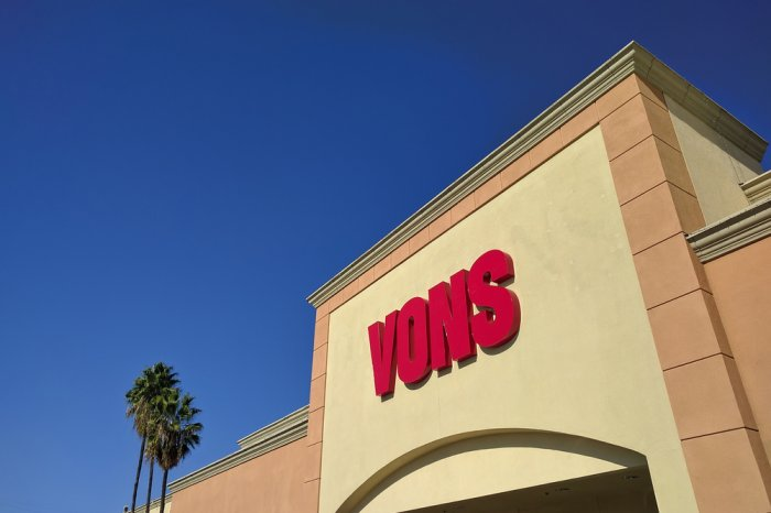 Sign above the front entrance of a Vons grocery store