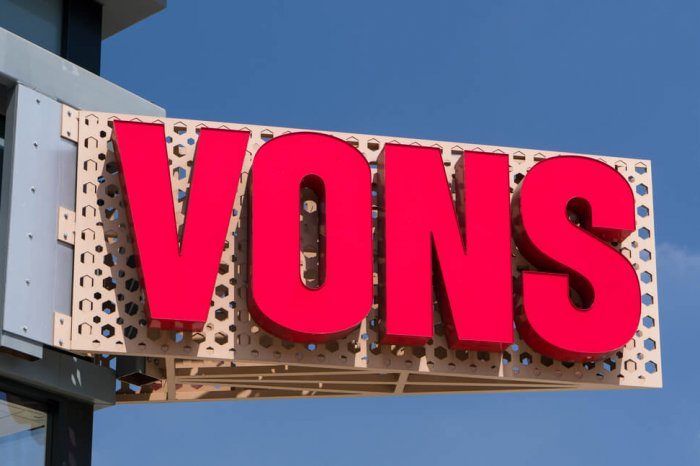 Large sign for Vons grocery store.