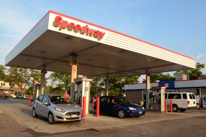 A Speedway gas station with cars filling up